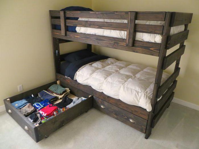 krevet na kat koji je izrađen od masivnog drva