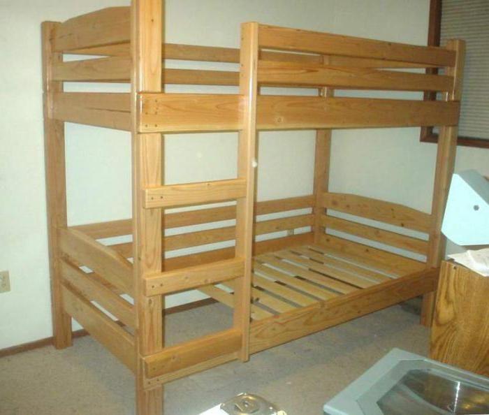 krevet na kat od čvrste fotografije