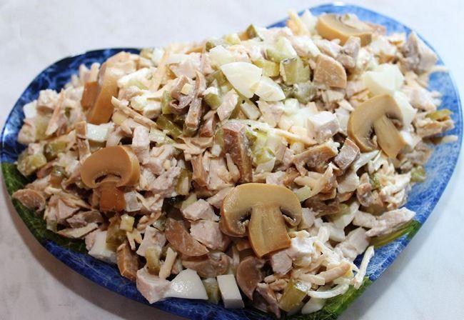 salata s piletinom, šampinjoni