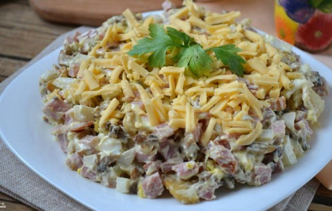 salata s gljivama, šunke