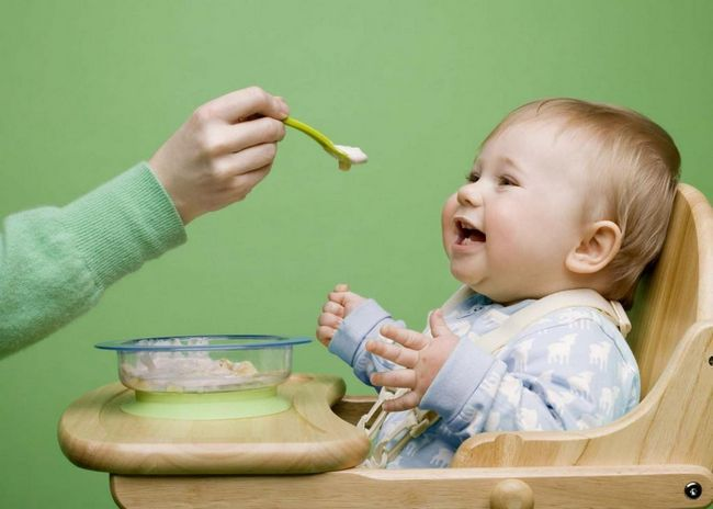 beba se hrani iz žlice