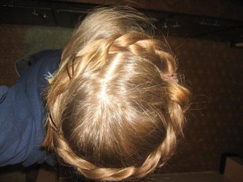 Francuski pletenice oko glave