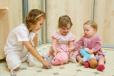 kako djeca igraju lutke