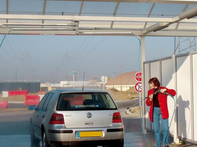 kako prati automobil u autopraonici u zimi