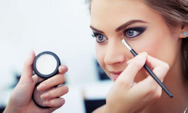 make-up artist čini svijetlu šminku