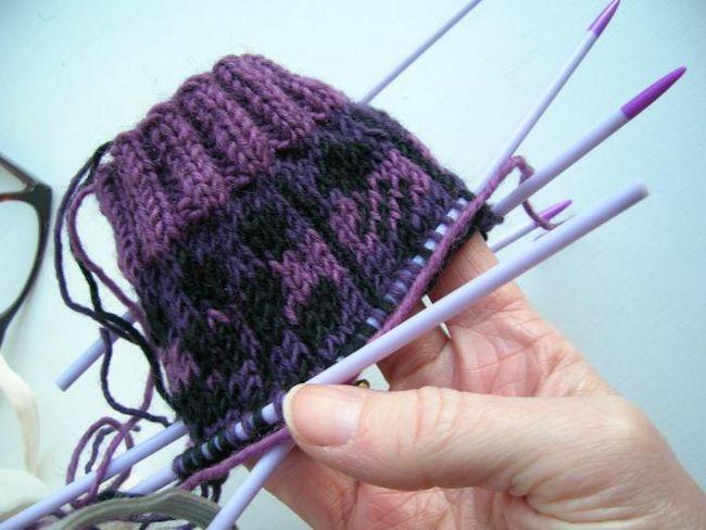 otvorene dječje čarape s iglom za pletenje