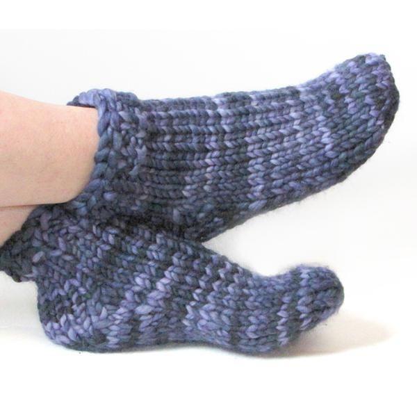 dvije pletene čarape za djecu