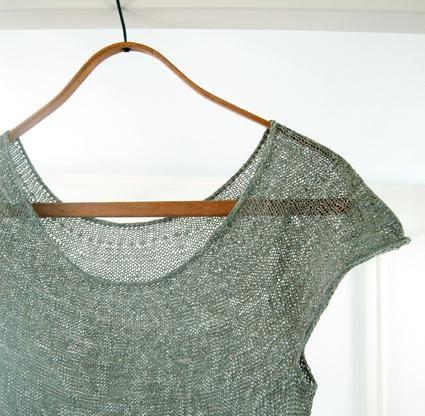 pletu žensku pulover s iglom za pletenje
