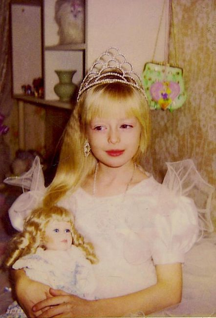 Azhelika Kenova u djetinjstvu