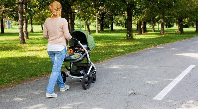 majka na šetnji