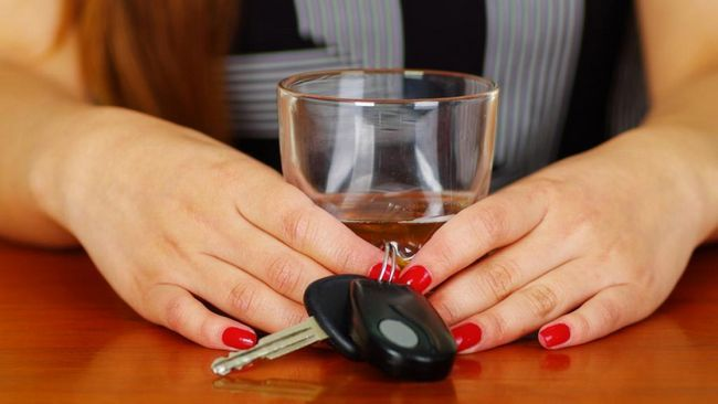 žena koristi piće