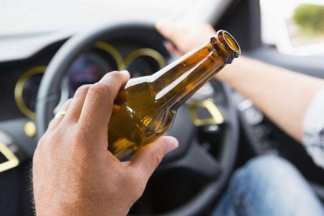čovjek koji drži bocu piva