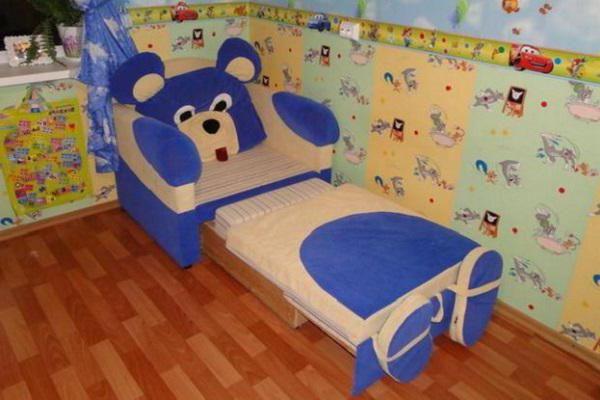 dupini s dječjim krevetom s ladicama za ležaj