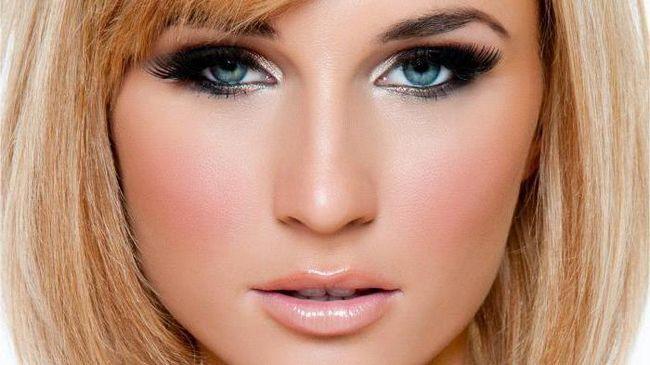make-up pod plavom haljinom za plavuše