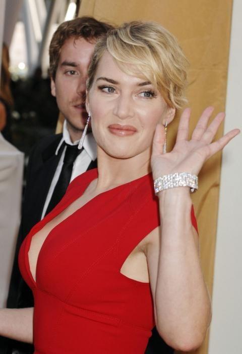 šminka pod crvenom haljinom fotografija