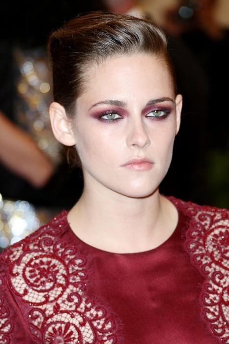 večernji make-up pod crvenom haljinom