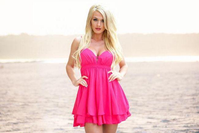 make-up ispod ružičaste haljine za plavuše