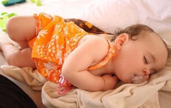 beba spava na trbuhu komaraca