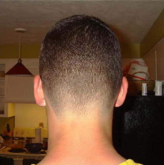Kratke muške frizure ispod pisaćeg stroja