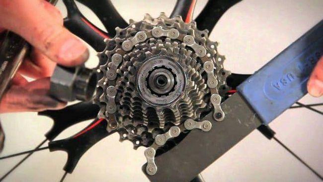 popravak prekidača brzine na biciklu na upravljaču