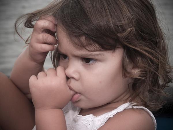 dijete je počelo sisati prst