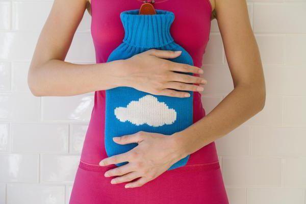 pulsira u abdomenu žena
