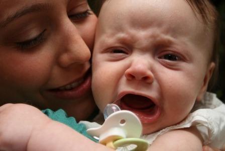 zašto tijekom hranjenja dijete plače