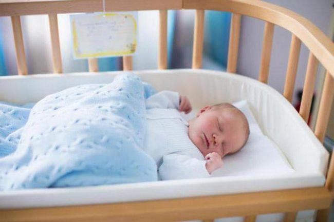 pozicioner za spavanje novorođenčeta