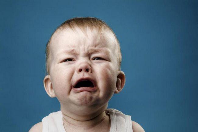 dijete je stalno nevino i plakanje