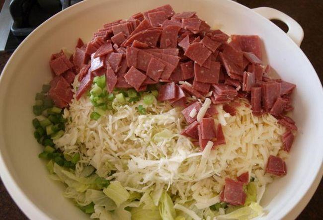 recept za salatu od Pekinga kupus s kobasicama