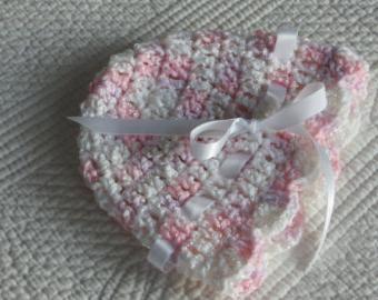 zimsku kapu za novorođenče s iglama za pletenje