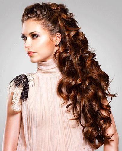 svakodnevne frizure za kovrčavu kosu srednje duljine
