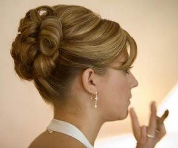 frizure na kosi na ramenima vlastitih ruku