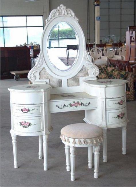 stol za odijevanje s ogledalom