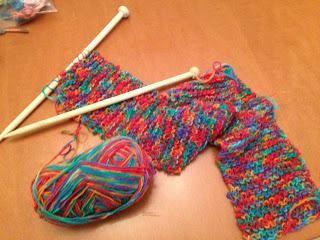 vezati šal s iglama za pletenje