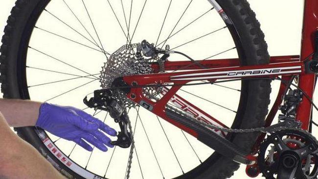 lanac se vozi na biciklu velike brzine