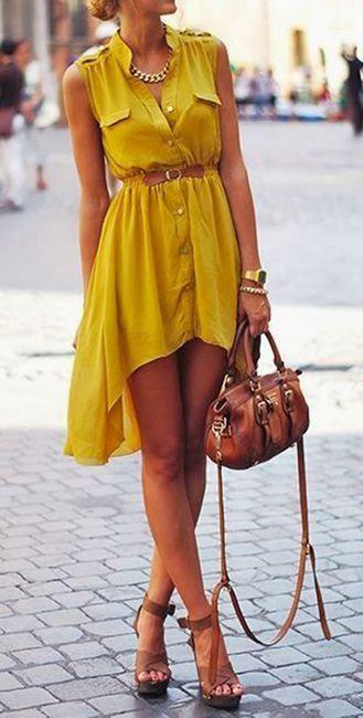 djevojka u asimetričnoj žutoj haljini